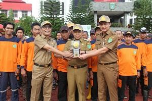 Bupati Tanah Bumbu saat mempersembahkan Trophy Adipura untuk Tanah Bumb