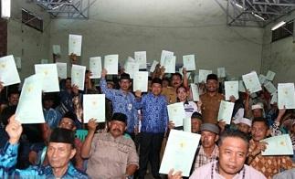 Bupati Tanah Bumbu menyerahkan sertifikat program Pendaftaran Tanah Sistemik Lengkap